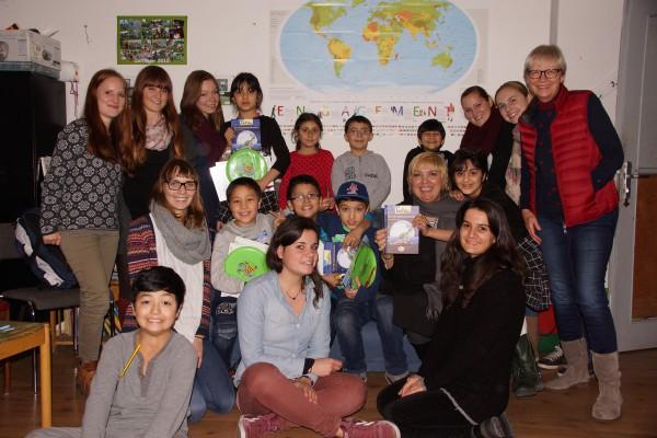 Claudia Roth mit Flüchtlingskindern in Augsburg